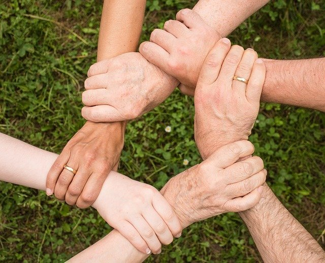 5 family members joining hands